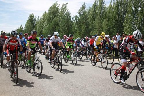 """第四届""""库布其杯""""环七星湖自行车沙漠公路挑战赛将在杭锦旗举办"""